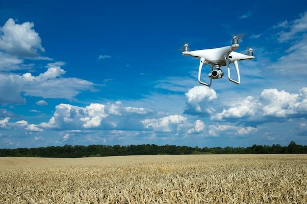 O helicóptero drone voando com câmera digital.