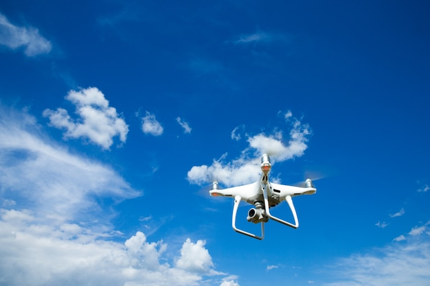 O helicóptero drone voando com câmera digital