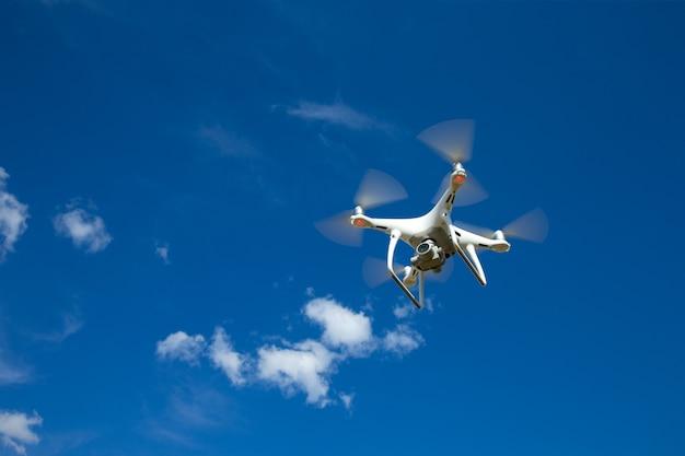 O helicóptero drone voando com uma câmera digital.