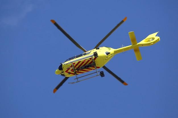 O helicóptero voa no céu
