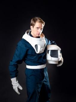 O herói de uma história de ficção científica se prepara para conquistar o espaço