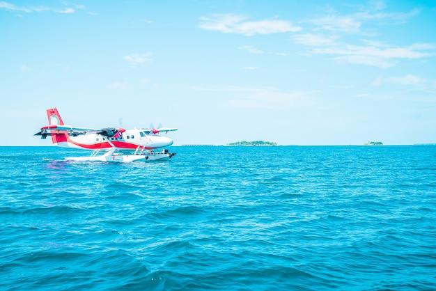 O hidroavião está decolando no aeroporto das maldivas