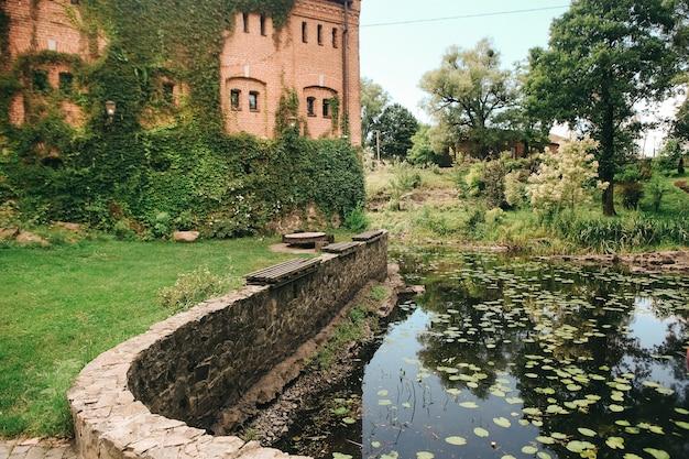 O histórico castelo coberto de cipós
