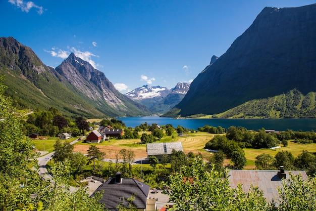 O hjorundfjord e os alpes sunnmore perto de trandal, more og romsdal, noruega.
