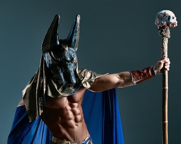 O homem à imagem do antigo faraó egípcio com uma máscara no rosto