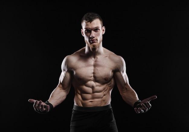 O homem agressivo é lutador, um fisiculturista em um preto