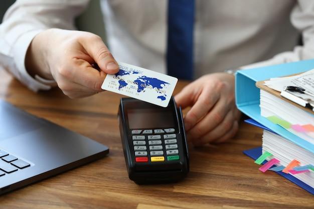O homem aplica o cartão ao terminal