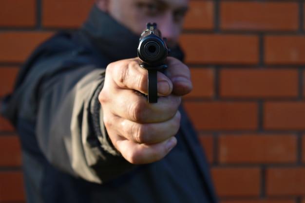 O homem apontou o cano de uma arma
