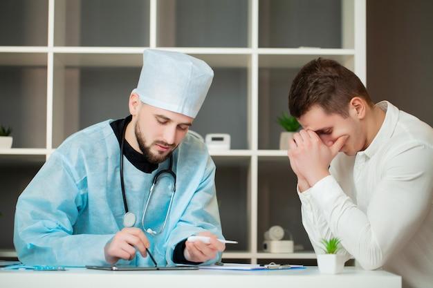 O homem aprende sobre o diagnóstico decepcionante no consultório médico.