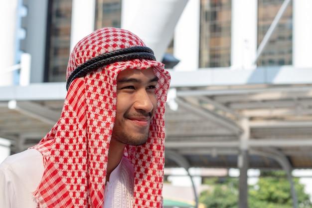 O homem árabe está sorrindo