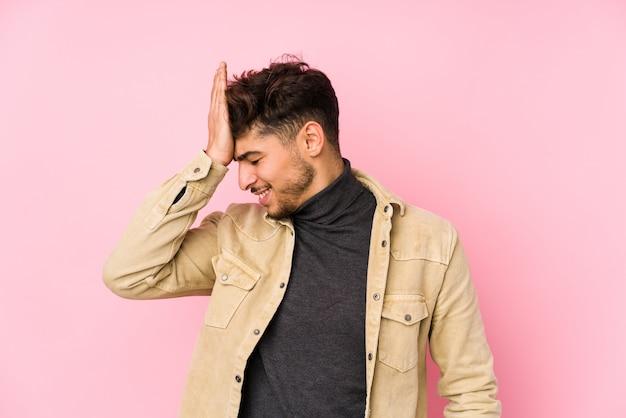 O homem árabe novo que levanta em uma parede isolou esquecendo algo, batendo na testa com palma e fechando os olhos.