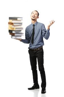 O homem asiático abriu a boca vestida no vestuário formal com livros.