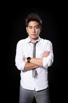 O homem asiático disparado de potrait renuncia a ação do empregador com descolore o laço para terminar o conceito do trabalho.