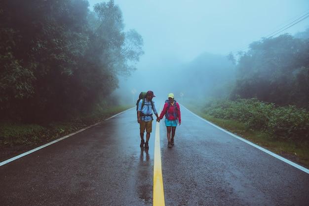 O homem asiático do amante e as mulheres asiáticas viajam natureza.