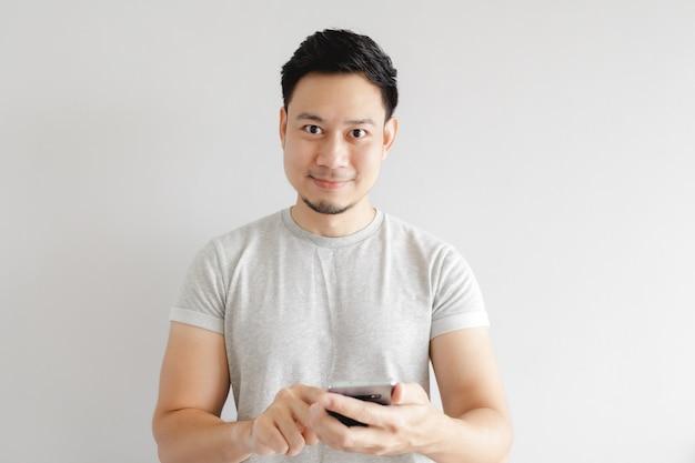 O homem asiático está se sentindo feliz com o aplicativo no smartphone.