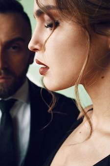 O homem barbudo olha para a mulher deslumbrante