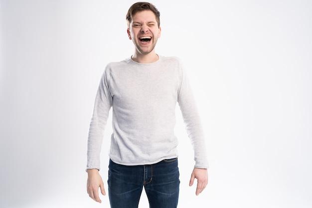 O homem branco gosta de histórias engraçadas ou piadas, ri com alegria e tem um sorriso cheio de dentes