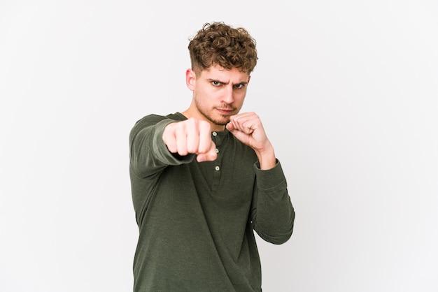 O homem caucasiano do cabelo encaracolado louro novo isolou jogando um perfurador, raiva, lutando devido a uma discussão, encaixotando.