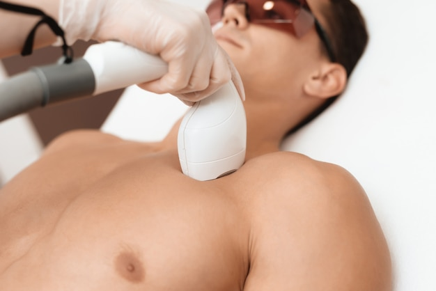 O homem chegou ao procedimento de depilação a laser.