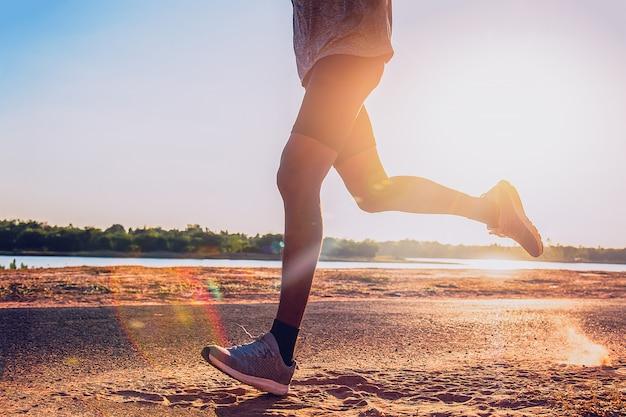 O homem com corredor na rua está correndo para o exercício.