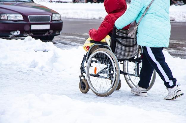 O homem com deficiência tem uma esperança. ele se senta em uma cadeira de rodas.