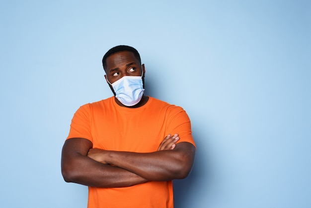 O homem com máscara facial tem muitas perguntas e dúvidas sobre covid 19