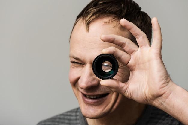 O homem com uma lente.