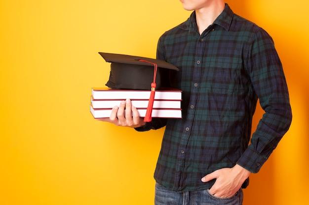O homem da universidade está feliz com a formatura