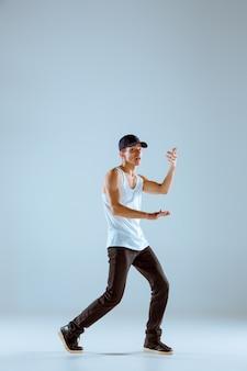 O homem dançando coreografia de hip hop