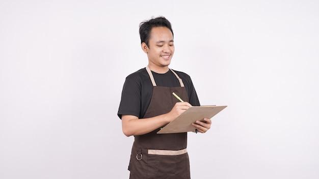 O homem de avental fica em um fundo branco isolado com uma lista de menu
