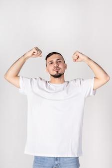 O homem de camiseta