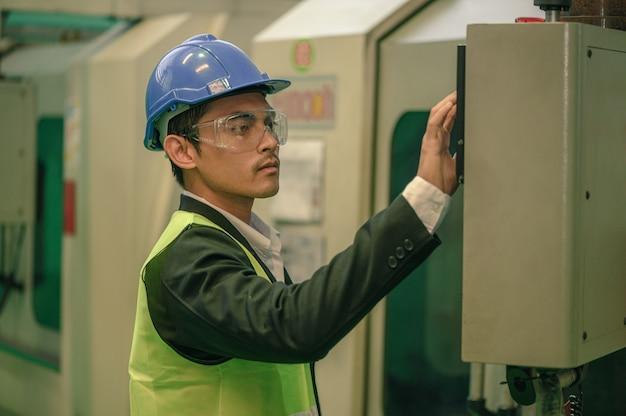 O homem de engenharia verificando as máquinas dentro da fábrica, fábrica, fábrica, trabalho, indústria
