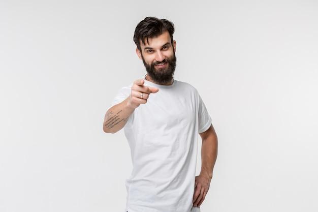 O homem de negócios feliz aponta para você