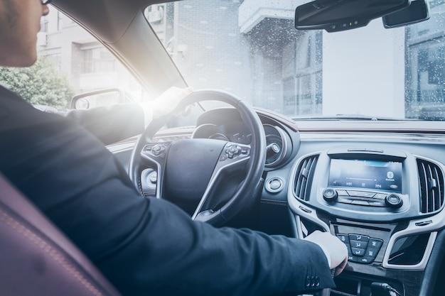 O homem de negócios opera no carro