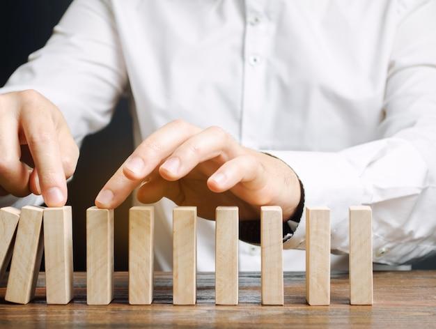 O homem de negócios para o efeito de dominó do colapso.