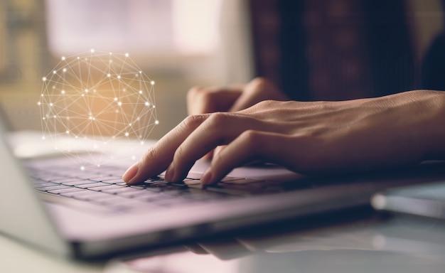 O homem de negócios que datilografa o teclado do portátil e mostra o ícone da tecnologia do sinal. conceito de futuro e internet tendência para facilitar o acesso à informação.