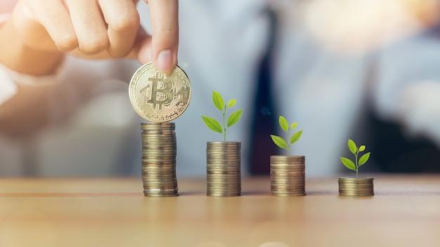 O homem de negócios que põe bitcoins e planta na pilha inventa o conceito crescente.
