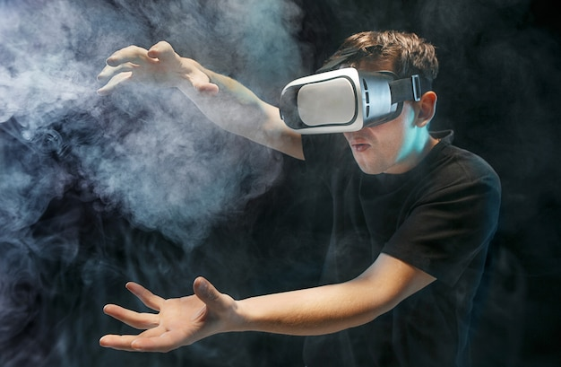 O homem de óculos de realidade virtual. conceito de tecnologia do futuro.