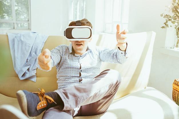O homem de óculos de realidade virtual