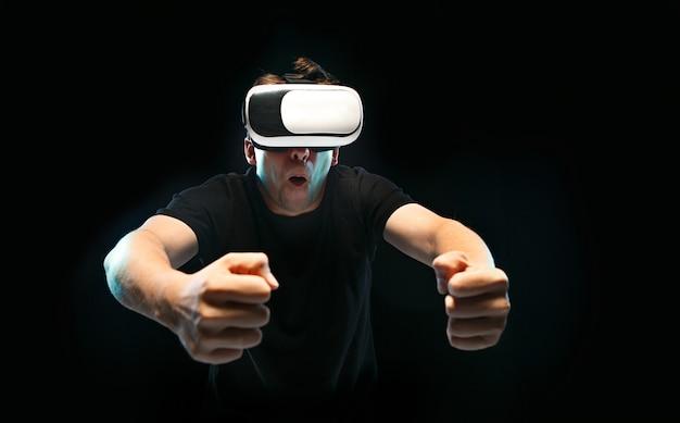 O homem de óculos de realidade virtual.