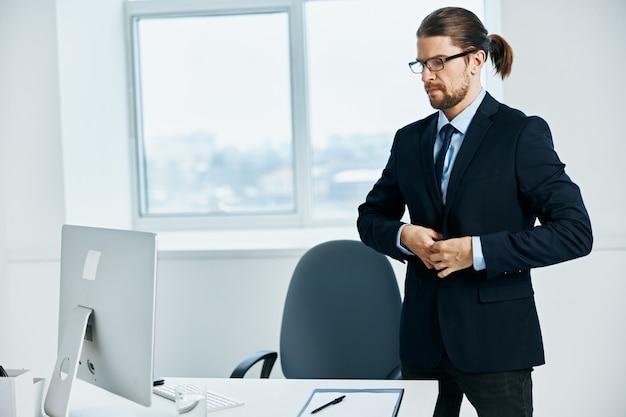 O homem de terno com óculos, autoconfiança, chefe do trabalho