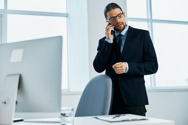 O homem de terno com óculos, autoconfiança, executivo de trabalho