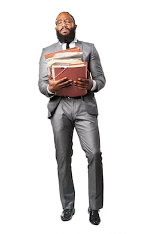 O homem de terno com várias pastas