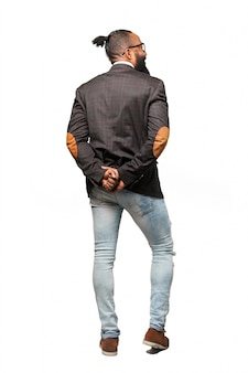 O homem de terno e calça jeans com as mãos para apoiá