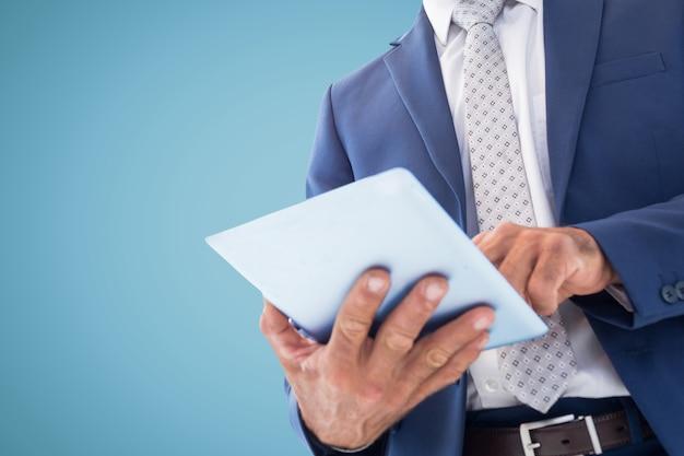 O homem de terno e gravata com um tablet