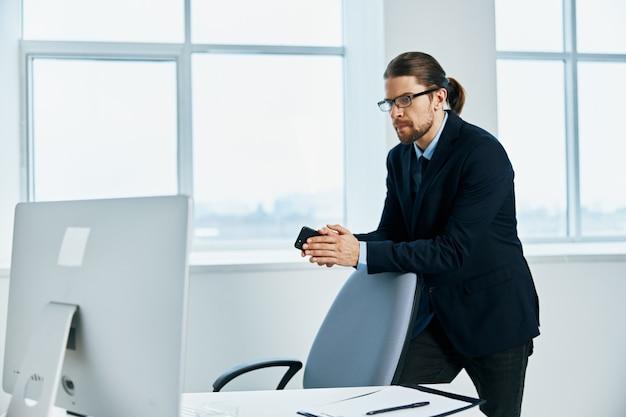 O homem de terno, emoções, trabalho, cabeça, documentos, computador
