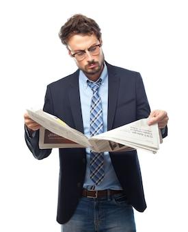 O homem de terno lendo um jornal