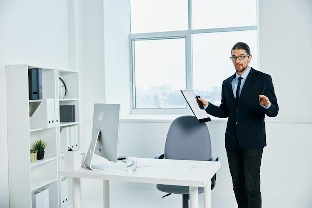 O homem de terno no escritório gesticula com as mãos executivas