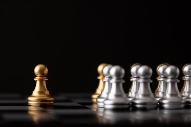 O homem de xadrez de ouro é o líder
