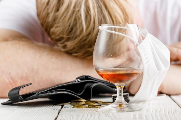 O homem desesperado entra em depressão e se torna alcoólico e infeliz. seu vício o leva a um estado de solidão e pobreza